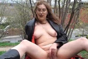 Amatérka masturbuje kundu na veřejnosti