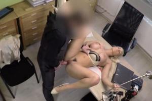 Blondýnka se nechá píchat aby dostala půjčku - české porno