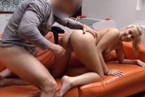 Blondýnka šuká za prachy před svým přítelem - české porno