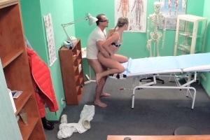Česká falešná nemocnice – holka na vstupní prohlídce (FakeHospital)