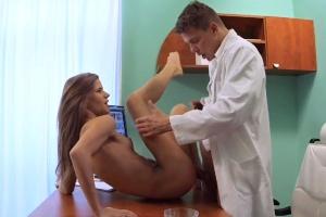 Česká falešná nemocnice – mladá pacientka vzbudí doktora (FakeHospital)