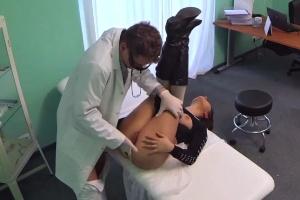 Česká falešná nemocnice – prsatá pacientka (FakeHospital)
