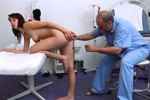 Česká gynekologie – devatenáctiletá zrzka