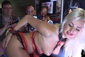 Česká pornoherečka Daisy Lee masturbuje před publikem