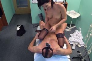 Česká sexy černovláska si přišla pro výsledky testů (FakeHospital)