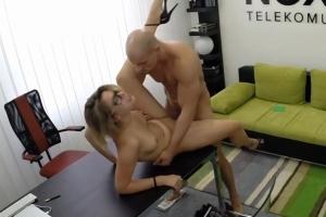 České porno v kanceláři – blondýnka