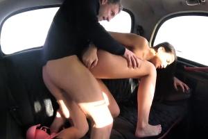České ženské Fake Taxi – naštvaná taxikářka šuká s klientem