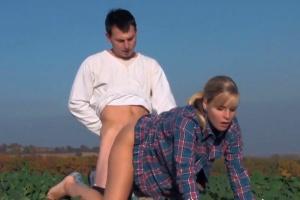 Český farmář šuká s přítelkyní uprostřed pole
