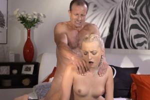 Chlap je nevěrný své ženě s mladou chůvou - české porno