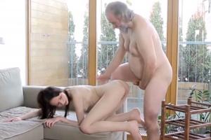 Chlípný děda ošuká vnukovu přítelkyni - české porno