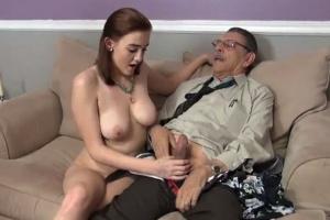 Dědeček vystříká vnučce kundu