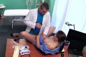 Doktor si honí péro při telefonu se sestřičkou – české porno (FakeHospital)