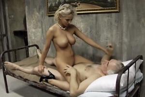 Generál šuká manželky svých vězňů