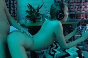 Holka šuká během hraní videoher