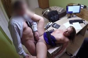 Holka žádá o půjčku na studium - české porno
