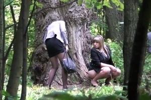 Holky čůrající v lese - skrytá kamera