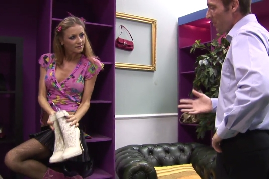 Hubená coura si vyšuká boty zadarmo