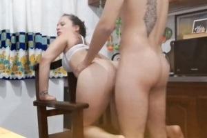 Prcání nevlastní sestry u ní v bytě