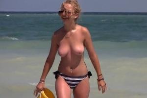 Voyer šmíruje kozičky na pláži