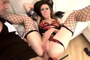 Mia Bandini v kostýmu pirátky dostane naloženo do análu