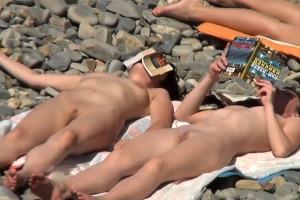 Šmírování kundiček na nudistické pláži