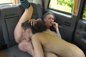 Ženské Fake Taxi – fitnesska si vylíže píču s taxikářkou