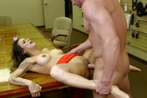 Sexy kočička si zapíchá s prodavačem v sex shopu