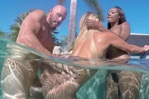 Super žhavé sexuální hrátky se dvěma kočkama venku u bazénu