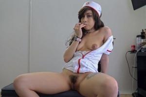 Zdravotní sestřička přišla pacientovi pomoci s odběrem spermatu