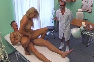 České porno: Doktor zaškolí mladý pár v sexu přímo v ordinaci