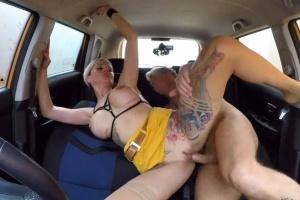 Falešná autoškola - šéf ošuká žhavou blondýnku v autě