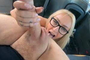 Fake Taxi - blondýna si užívá sexuální hrátky s řidičem a okurkou