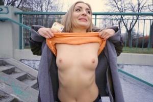 Rychlý prachy - ruská blondýnka Caty Kiss miluje velký péra (PublicAgent)