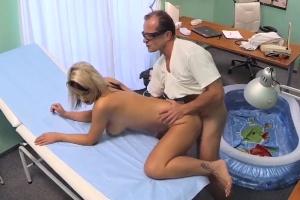 Blondýnka otěhotněla z doktorova spermatu – české porno (FakeHospital)
