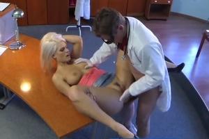 Česká FakeHospital – sexy blondýnka píchá s doktorem na recepci