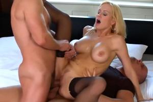 Česká pornoherečka Stacy Silver si užije dvojitou penetraci
