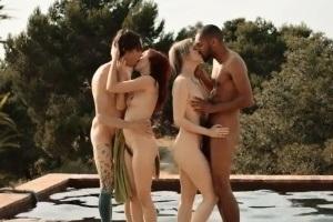 Dva páry si udělají soukromou swingers párty u bazénu