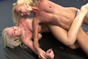 Dvě blondýnky si dají přes držku - české porno