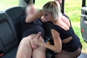 FakeTaxi - dominantní nadržená blondýna ojede taxikáře