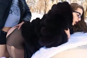 Holka šuká s přítelem v zimě na kapotě auta