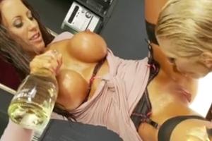 Lesbičky se u baru pořádně rozpálí