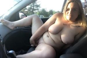Macatá boubelka protahuje kundu v autě na parkovišti