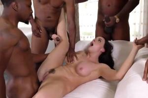 Maturantka si užije gangbang se skupinkou černochů