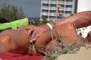 MILF se nechá prstit na nudistické pláži