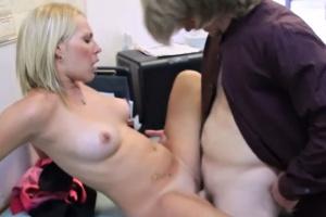 Mladá blondýnka mrdá s nevlastním otcem v práci