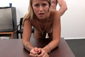 Mladá blondýnka si nechá na porno castingu vystříkat kundu!