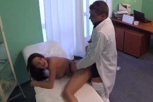 Mladá holka s bolestí zad šuká s doktorem – české porno (FakeHospital)