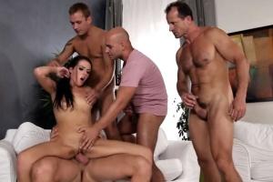 Nadržená brunetka souloží se 4 chlapy - gangbang porno