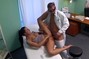 Nadržená MILF je nevěrná s doktorem - české porno (FakeHospital)