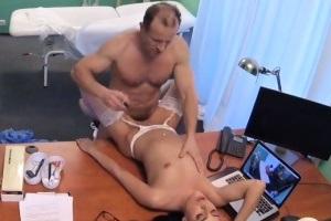 Naštvaný doktor vystříká zdravotní sestřičku – české porno (FakeHospital)